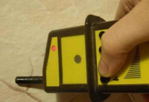 Как найти скрытую проводку в стене под напряжением и без него